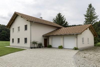 Einamilienhaus mit Doppelgarage und Zufahrt
