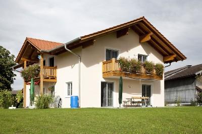 Wohnhaus mit Holzbalkonen