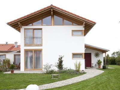 Wohnhaus mit Kiesweg